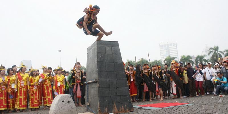 https: img-o.okeinfo.net content 2014 11 02 406 1060112 tidak-semua-pemuda-nias-harus-bisa-lompat-batu-YvuiBJKsqx.jpg