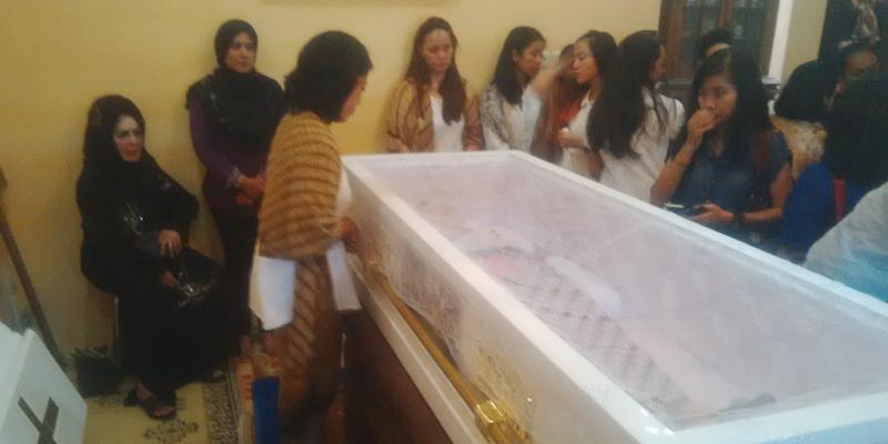 https: img-o.okeinfo.net content 2015 02 07 33 1102772 isak-tangis-iringi-pemakaman-djudjuk-srimulat-b7t3acNEB8.jpg