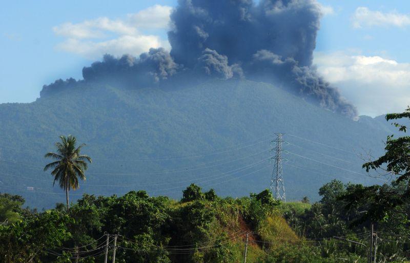 https: img-o.okeinfo.net content 2015 05 20 340 1152819 letusan-gunung-lokon-membuat-warga-tomohon-panik-HW4NeBtGRe.jpg