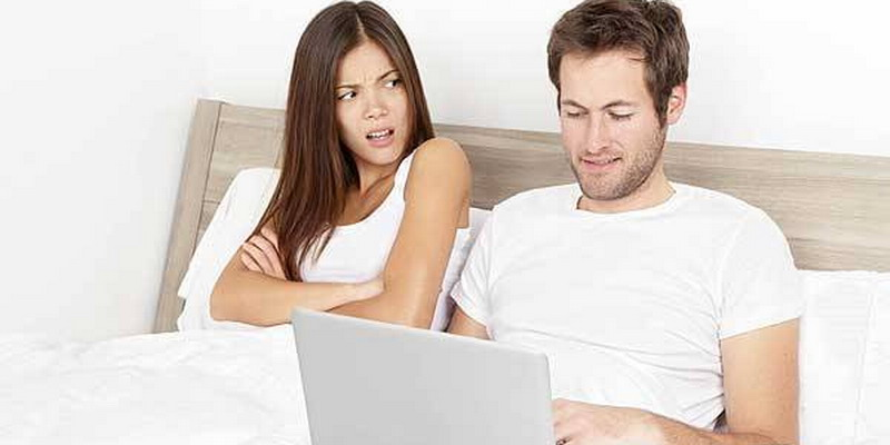 https: img-o.okeinfo.net content 2015 06 29 584 1172988 kiat-menghadapi-suami-penggila-gadget-rXxAaFZB4U.jpg