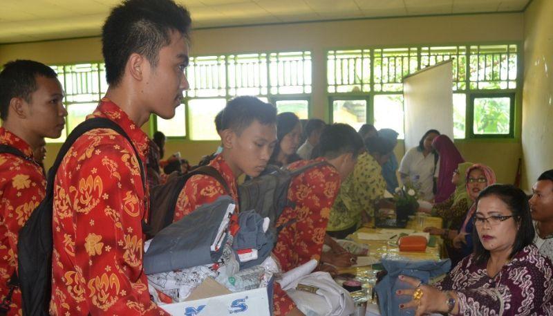https: img-o.okeinfo.net content 2015 10 07 65 1227452 seragam-batik-identitas-sekolah-ZOTqUkcPxD.jpg