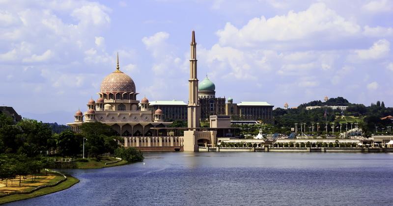 https: img-o.okeinfo.net content 2015 10 18 406 1233709 masjid-megah-di-malaysia-berhias-kubah-emas-kristal-Osvl3WZrCH.jpg