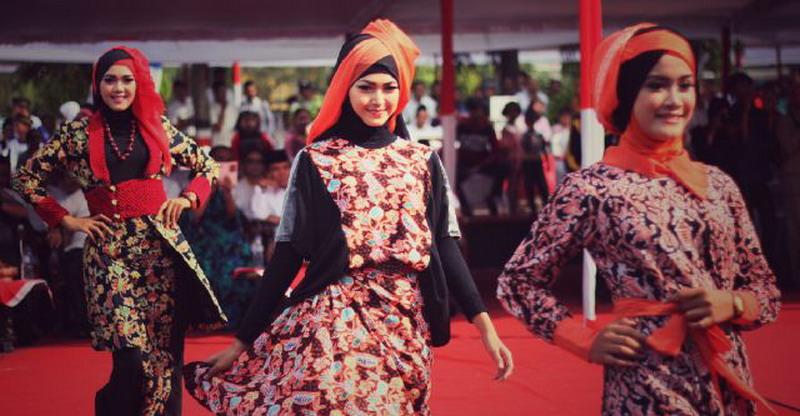 https: img-o.okeinfo.net content 2015 10 27 194 1238653 padu-padan-batik-kudus-untuk-hijabers-EtfD82HHUr.jpg