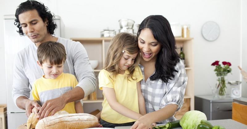 https: img-o.okeinfo.net content 2015 10 30 298 1240811 moms-ini-pentingnya-mengajarkan-anak-memasak-YJWBEpyqr3.jpg