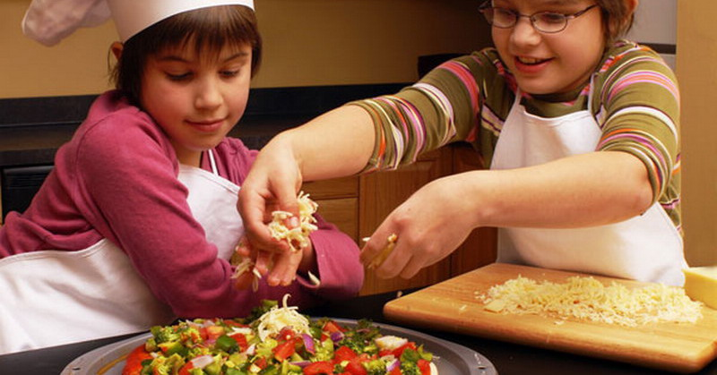 https: img-o.okeinfo.net content 2015 10 30 298 1240910 usia-tepat-ajarkan-si-kecil-memasak-06VneyCeyh.jpg