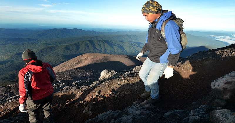 https: img-o.okeinfo.net content 2015 12 29 340 1276539 pendaki-jatuh-ke-kawah-gunung-dempo-rQ1cTlBMkO.jpg