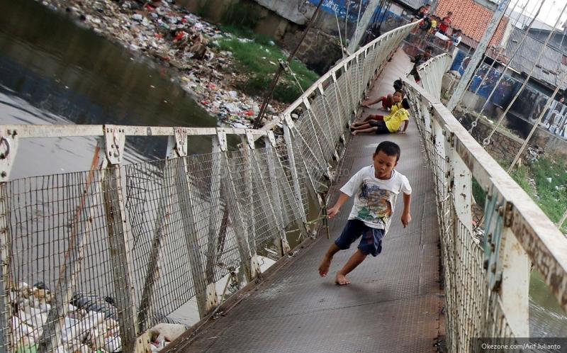 https: img-o.okeinfo.net content 2016 02 13 519 1311132 tergerus-banjir-jembatan-di-trenggalek-ambles-8KkDGPGb48.jpg