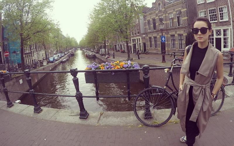https: img-o.okeinfo.net content 2016 05 15 194 1389069 foto-julie-estelle-tampil-elegan-di-negeri-kincir-angin-XSNZexBAUe.jpg