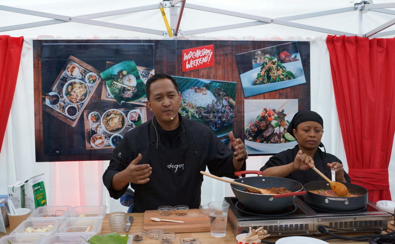 https: img-o.okeinfo.net content 2016 06 03 298 1405091 turis-dunia-excited-cicipi-kuliner-nusantara-di-indonesian-weekend-0RWgLn8Q7O.jpg