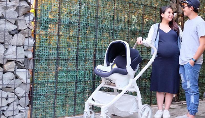 https: img-o.okeinfo.net content 2016 07 22 481 1444313 foto-tya-ariestya-berbagi-tips-beli-stroller-bayi-57X229JUY9.jpg