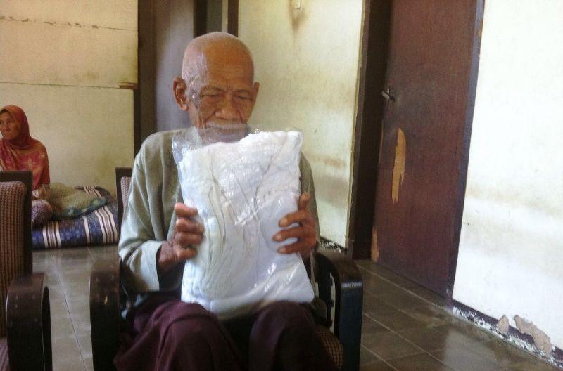 https: img-o.okeinfo.net content 2016 08 04 525 1455412 berangkat-haji-di-usia-95-tahun-kakek-ambari-rindu-istri-xRvPLEm7PF.jpg