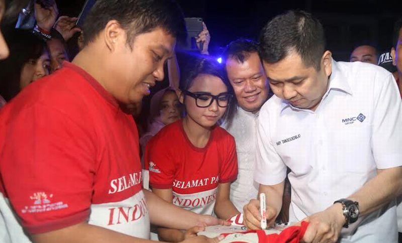 https: img-o.okeinfo.net content 2016 08 09 65 1458675 hary-tanoe-nonton-teater-sma-selamat-pagi-indonesia-GFs3LSNQic.jpg