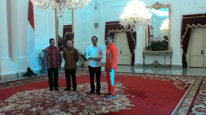 https: img-o.okeinfo.net content 2016 08 24 43 1471961 ketua-kontingen-indonesia-di-olimpiade-rio-2016-hadiahkan-gelang-ke-jokowi-LnaIdV4Trg.jpg