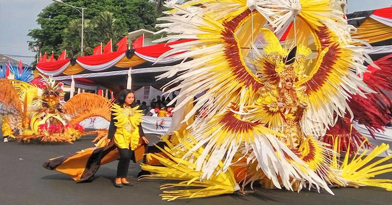 https: img-o.okeinfo.net content 2016 08 29 194 1475734 foto-kostum-heboh-jember-fashion-carnaval-IcgSQga3ef.jpg