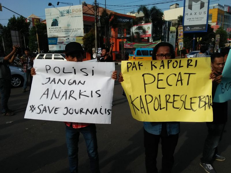 https: img-o.okeinfo.net content 2016 08 31 340 1478050 wartawan-gelar-aksi-solidaritas-mengutuk-arogansi-oknum-polisi-di-lebak-O2M2JgFlAf.jpg