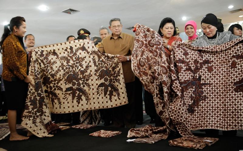 https: img-o.okeinfo.net content 2016 10 01 194 1503781 hari-batik-ani-yudhoyono-koleksi-batik-daerah-wujud-cinta-budaya-bangsa-ccD4X10QjW.jpg