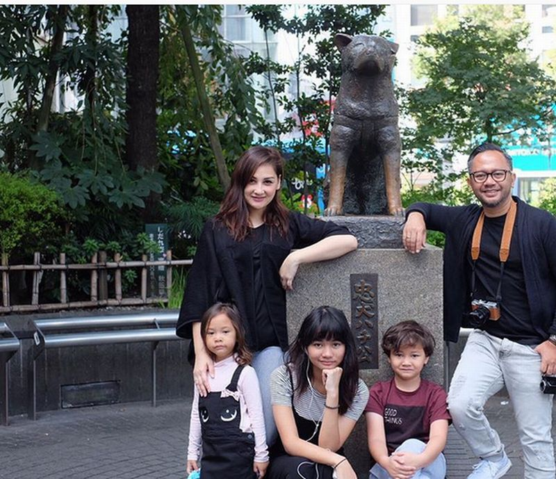 https: img-o.okeinfo.net content 2016 10 08 406 1509742 foto-datang-ke-jepang-keluarga-mona-ratuliu-abadikan-momen-patung-hatchiko-woElsf0VvN.jpg