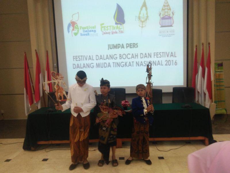 https: img-o.okeinfo.net content 2016 11 17 406 1544014 festival-dalang-bocah-dan-muda-wujud-apresiasi-pewayangan-di-indonesia-PfpMKBaq9C.jpg
