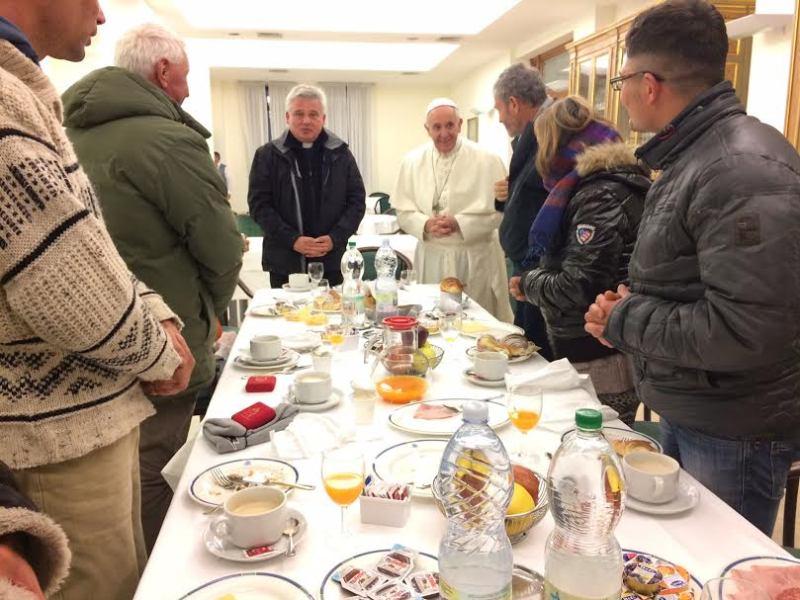 https: img-o.okeinfo.net content 2016 12 18 18 1569414 rayakan-ulang-tahun-paus-fransiskus-sarapan-bersama-tunawisma-dUMPNri1Fl.jpg