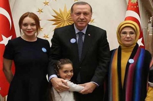 https: img-o.okeinfo.net content 2017 01 30 33 1604228 diundang-ke-rumah-presiden-turki-lindsay-lohan-berasa-mimpi-mksfy16N3I.jpg
