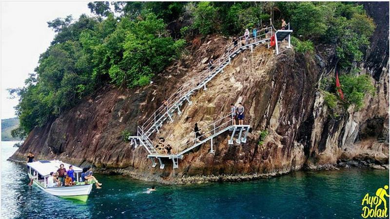https: img-o.okeinfo.net content 2017 02 08 406 1612192 lompat-tebing-di-pulau-sironjong-ketek-sumatera-barat-berani-coba-TmeHYuraAM.jpg
