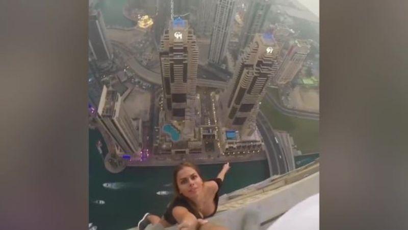 https: img-o.okeinfo.net content 2017 02 17 18 1620612 tanpa-pengaman-model-cantik-ini-bergantungan-di-atap-gedung-pencakar-langit-UyusiEyRmk.jpg