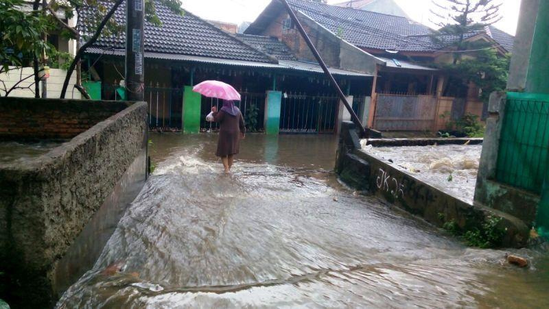 https: img-o.okeinfo.net content 2017 02 19 338 1622372 kali-cakung-meluap-perumahan-di-kemang-kebanjiran-kdWBfVUVuh.jpg