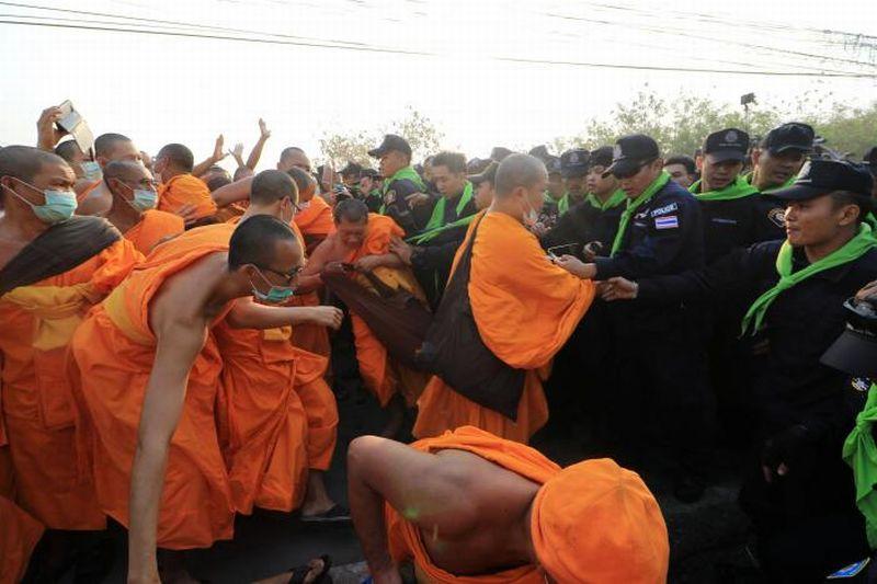 https: img-o.okeinfo.net content 2017 02 20 18 1622968 buru-biksu-korup-polisi-thailand-usir-ribuan-jemaat-dari-vihara-xm5ZZfU41O.jpg