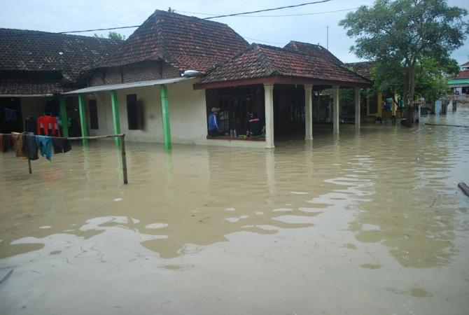 https: img-o.okeinfo.net content 2017 03 09 340 1638867 musi-banyuasin-kebanjiran-warga-bandar-jaya-memilih-bertahan-di-rumah-SA5FZUIEDb.jpg