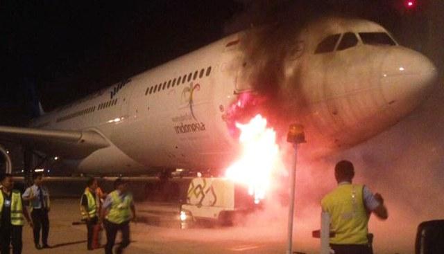 https: img-o.okeinfo.net content 2017 03 15 338 1643156 waduh-mesin-gpu-korslet-1-pesawat-garuda-nyaris-terbakar-di-bandara-soetta-cHtgtDMNli.jpg