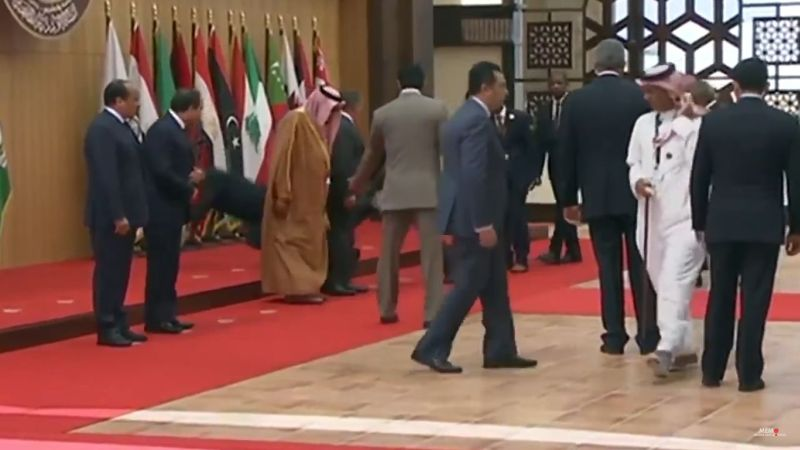 https: img-o.okeinfo.net content 2017 03 30 18 1654201 video-duh-presiden-lebanon-terjatuh-di-ktt-liga-arab-2GoJlXS9cs.jpg