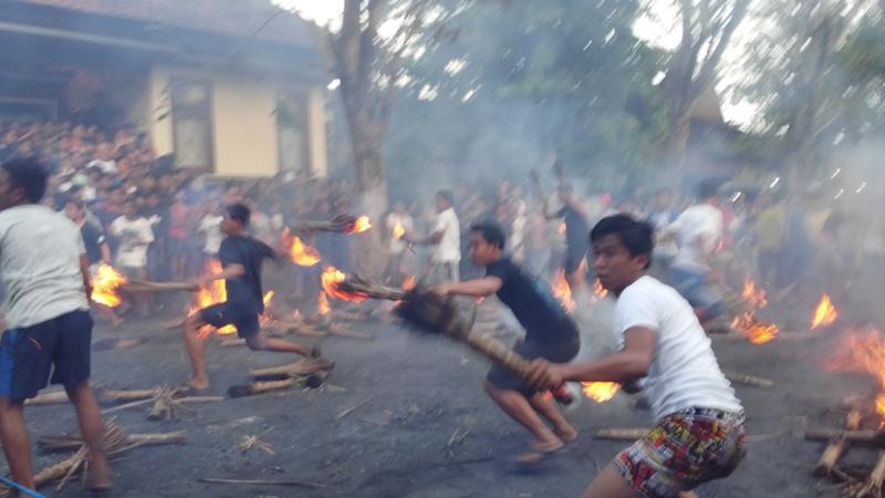 https: img-o.okeinfo.net content 2017 03 31 340 1655102 pasca-nyepi-warga-karangasem-gelar-tradisi-perang-api-Vp03MaGjuB.jpg