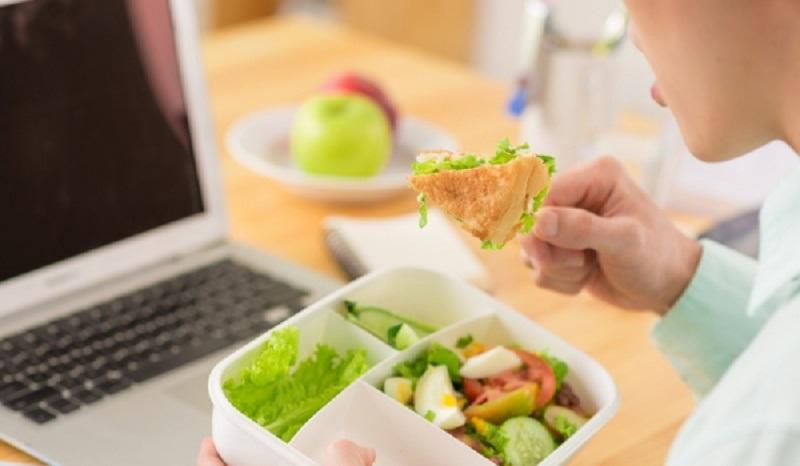 https: img-o.okeinfo.net content 2017 04 01 481 1656543 tips-atur-pola-makan-agar-tetap-sehat-di-kantor-HgMKW4Jyit.jpg