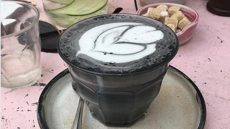 https: img-o.okeinfo.net content 2017 05 17 298 1693045 lupakan-unicorn-latte-sekarang-ada-latte-berbahan-dasar-arang-vLsjri9etN.jpg