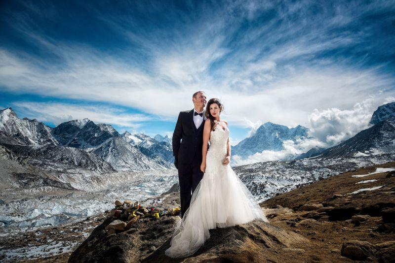 https img o.okeinfo.net content 2017 05 17 406 1693490 perjuangan di balik romantisnya foto pernikahan di puncak everest vIxRibPYpV.jpg