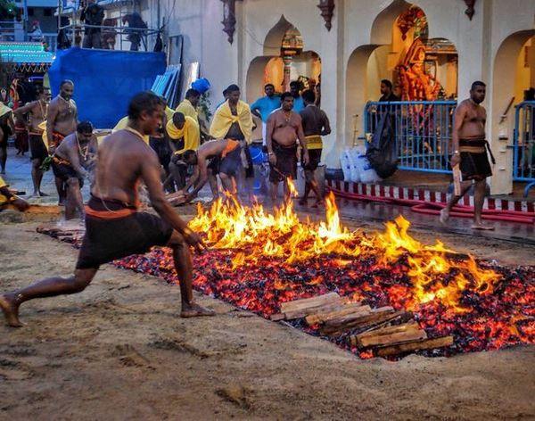 https img o.okeinfo.net content 2017 05 19 406 1695056 festival di india ini bikin ngeri berjalan di atas bara api L3dJb4eMDy.JPG