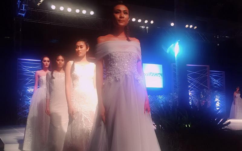 https img o.okeinfo.net content 2017 05 20 194 1695865 tak lagi konvesional kini inspirasi gaun pengantin semakin minimalis dan dinamis dbEMIccvQF.jpg