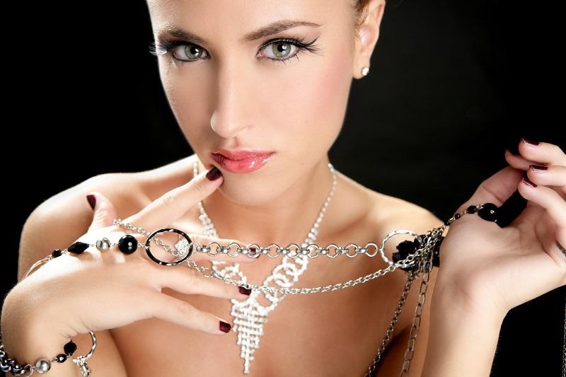 https: img-o.okeinfo.net content 2017 05 30 194 1703154 ivan-gunawan-lebih-pilih-investasi-perhiasan-dibandingkan-tas-kenapa-MskrKGgH7r.jpg