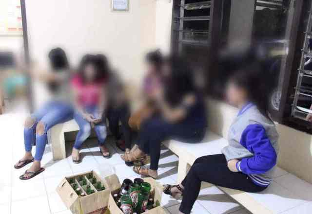 https: img-o.okeinfo.net content 2017 06 12 525 1714330 razia-warung-remang-remang-polisi-amankan-pengunjung-yang-asyik-pesta-miras-qJbCjiumI4.jpg
