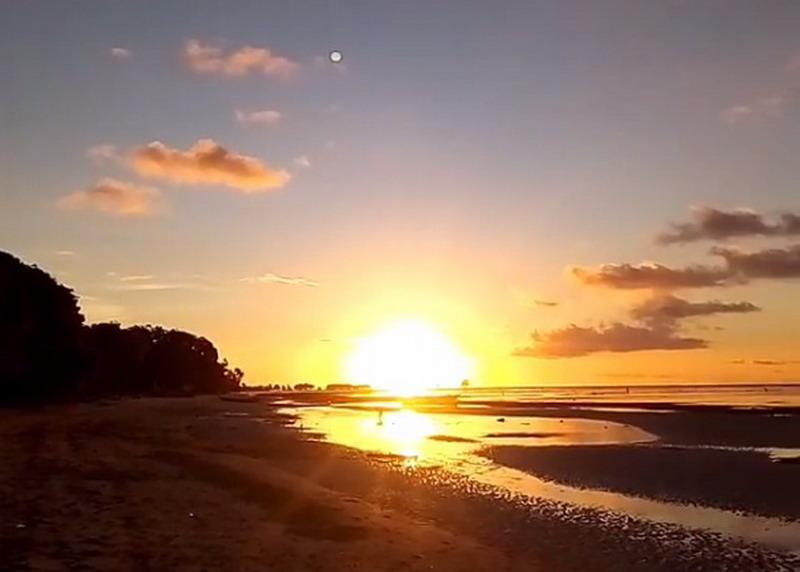 https: img-o.okeinfo.net content 2017 07 07 406 1731231 uncover-indonesia-menikmati-sunset-di-pantai-deere-ntt-bikin-malas-pulang-7syn7vjpbw.jpg