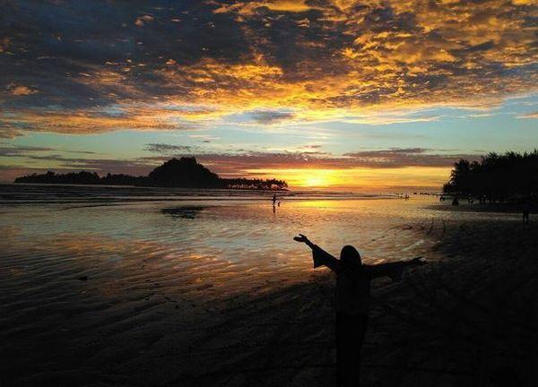 https: img-o.okeinfo.net content 2017 07 12 406 1734806 pantai-air-manis-tapak-tilas-legenda-anak-durhaka-malin-kundang-UyPyvys2RB.JPG
