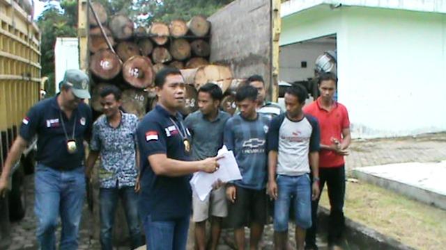 https: img-o.okeinfo.net content 2017 07 14 340 1736870 6-anggota-sindikat-illegal-logging-ditangkap-ratusan-kayu-disita-YhSbJ1cLaa.jpg
