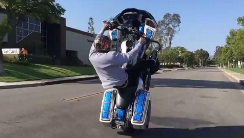 https: img-o.okeinfo.net content 2017 07 17 15 1738321 wheels-of-brotherhood-keren-wheelie-pakai-harley-6FOZ1FnJW1.jpg