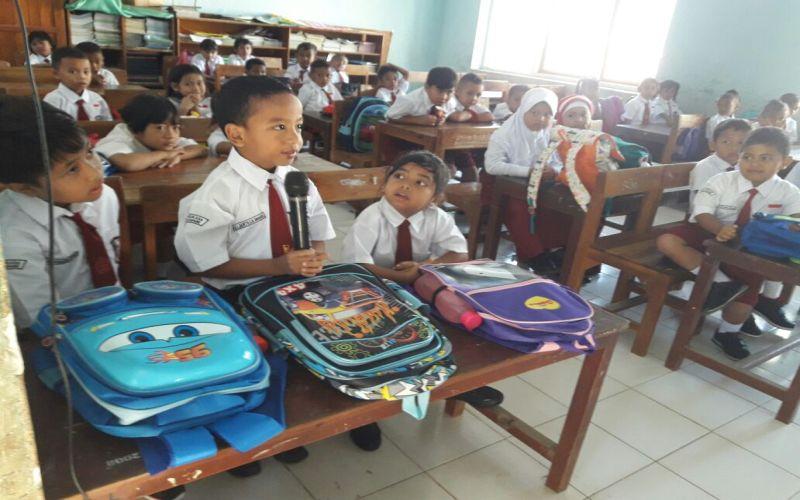 https: img-o.okeinfo.net content 2017 07 17 65 1737862 nih-suasana-hari-pertama-sekolah-perkenalan-hingga-duduk-masih-bertiga-HLujw7E4J1.jpg