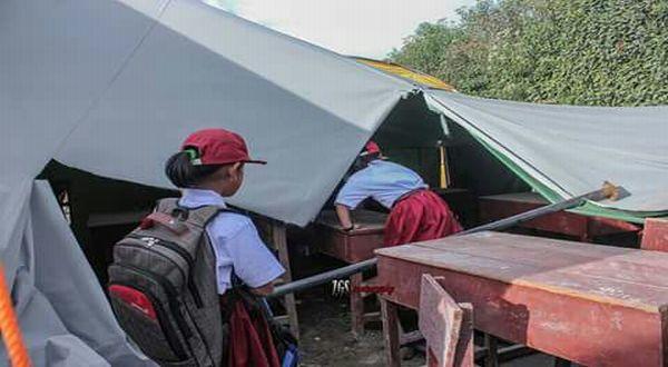https: img-o.okeinfo.net content 2017 07 17 65 1737894 miris-hari-pertama-sekolah-anak-anak-sinabung-belajar-beratapkan-langit-dan-debu-HDtxmFEu9q.jpg