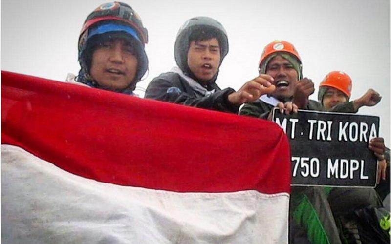 https: img-o.okeinfo.net content 2017 07 20 406 1740381 5-puncak-gunung-tertinggi-di-indonesia-ini-sempurna-jadi-lokasi-pengibaran-bendera-17-agustus-nanti-tqmtteOHRs.jpg