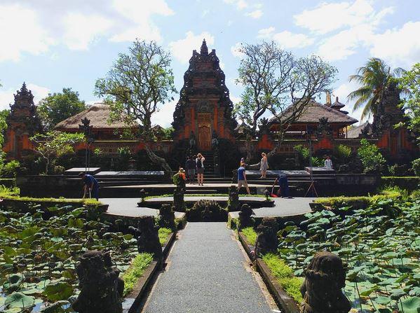 https: img-o.okeinfo.net content 2017 07 20 406 1740868 uncover-indonesia-eloknya-tari-kecak-di-pura-saraswati-hPknhO8VKO.JPG