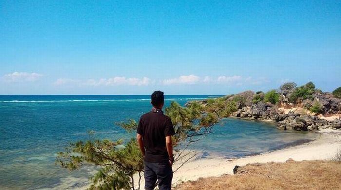 https: img-o.okeinfo.net content 2017 07 26 406 1744422 uncover-indonesia-pulau-sabu-di-ntt-punya-pantai-raemea-yang-dikelilingi-tebing-jkUHpsWhmv.JPG