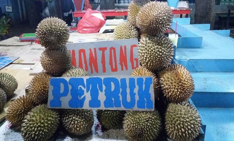 https: img-o.okeinfo.net content 2017 07 28 320 1746015 laris-manis-pedagang-kalibata-jual-50-butir-durian-per-hari-YXwS9EcUqC.jpg