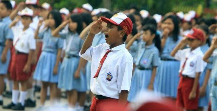 https: img-o.okeinfo.net content 2017 08 01 65 1747825 siswa-wajib-nyanyikan-indonesia-raya-3-stanza-setiap-hari-BMHRk6DDjW.jpg